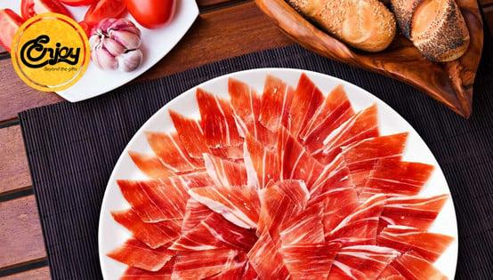 Đùi lợn muối được cắt lát công phu