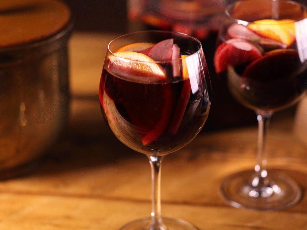 Thêm một ly rượu hoa quả Sangria cho mùi vị đậm đà
